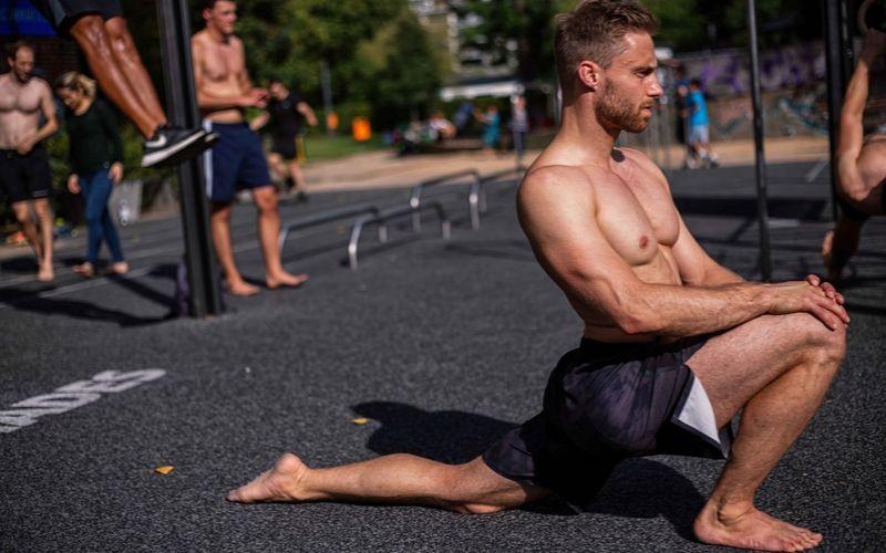Beweglichkeit trainieren verbessern Definition Übungen - Hüfte öffnen
