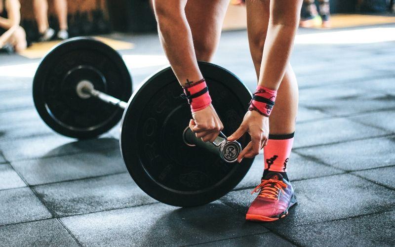Kraftfähigkeit trainieren und verbessern - Langhantel wird vorbereitet