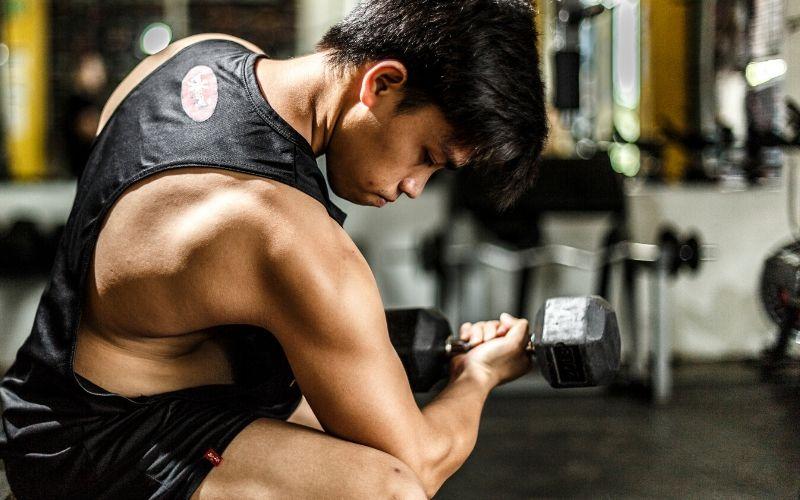 Kraftfähigkeit trainieren und verbessern - Man macht Konzentrationscurls