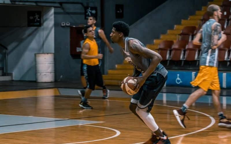 Kraftfähigkeit trainieren und verbessern - Basketballer setzt zum Sprung an