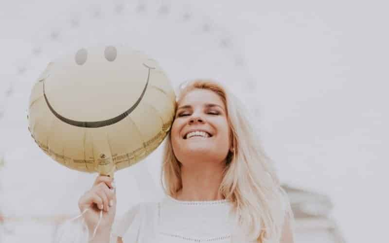 Frau lacht glücklich